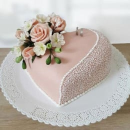 Rose In The Heart Cake - 1 KG