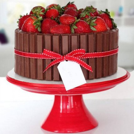 Strawberry Kitkat Cake - 500 Gm